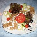 Csirkemell-falatok salátával