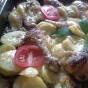 Tepsis burgonya csirke combbal egyben sütne.